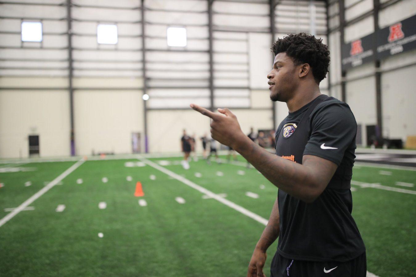 Lamar Jackson lanzando un balón